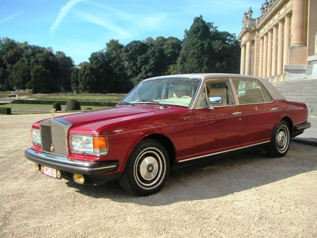 Hormis les visites officielles et les courses d'affaires, il arrive à Yann de conduire de futurs mariés à l'autel, dans une Rolls-Royce antique, au charme des années '80.